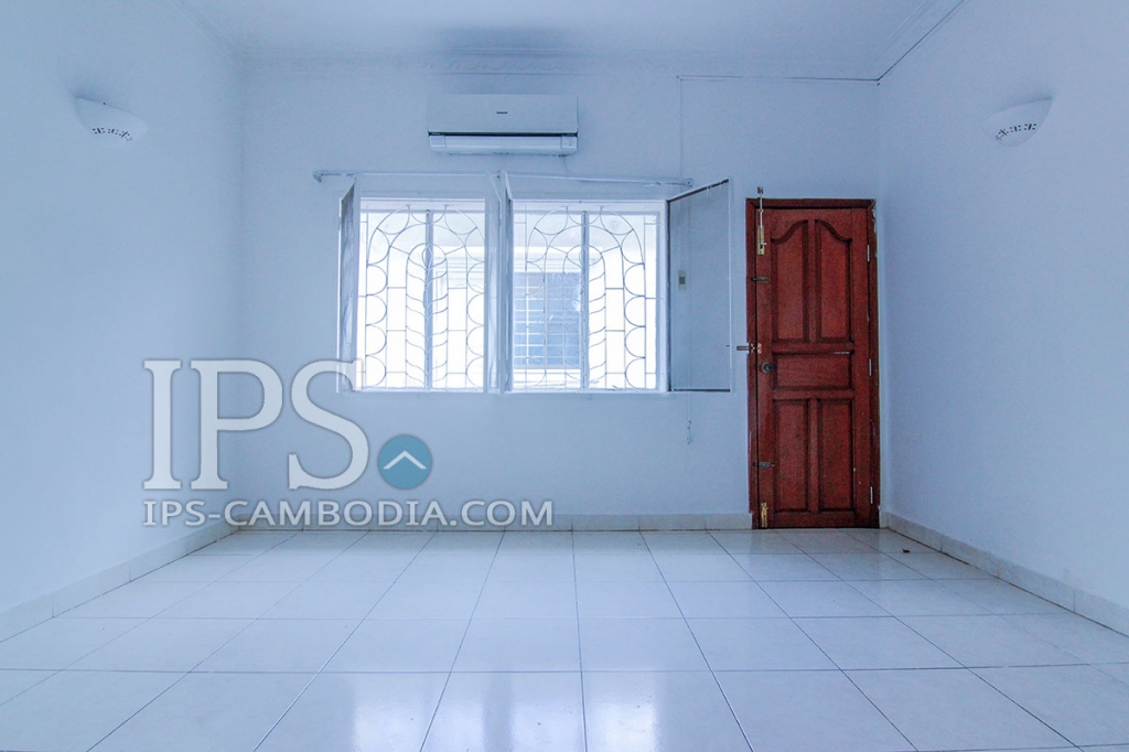 Large Four Bedroom Villa in Tonle Bassac For Rent