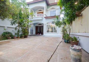 2 Bedrooms Villa For Rent - Tonle Bassac, Phnom Penh