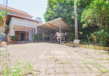 2 Bedrooms Villa For Rent - Toul Tom Pong, Phnom Penh